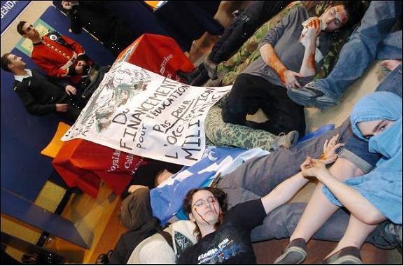 Action ″Die-In″ du 24 janvier 2008 du Centre de ressource pour la non-violence (CRNV) suite à l′installation de kiosques de l′Armée canadienne à la station de métro Berri-Uqam.
