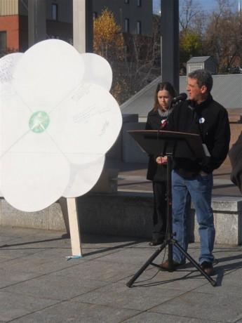 Conférence de presse organisée à Sherbrooke par le Carrefour de solidarité internationale, lors du lancement de la première campagne du coquelicot blanc, le 1 novembre 2011. Marco Labrie (au micro) du Carrefour de solidarité internationale.