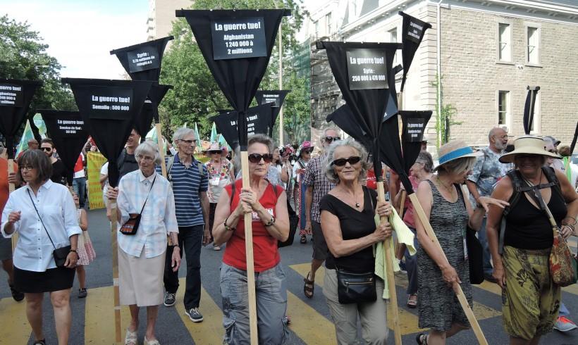 Le Collectif Échec à la guerre durant la marche d'ouverture du Forum social mondial le 9 août 2016. Crédit photo: Martine Eloy.