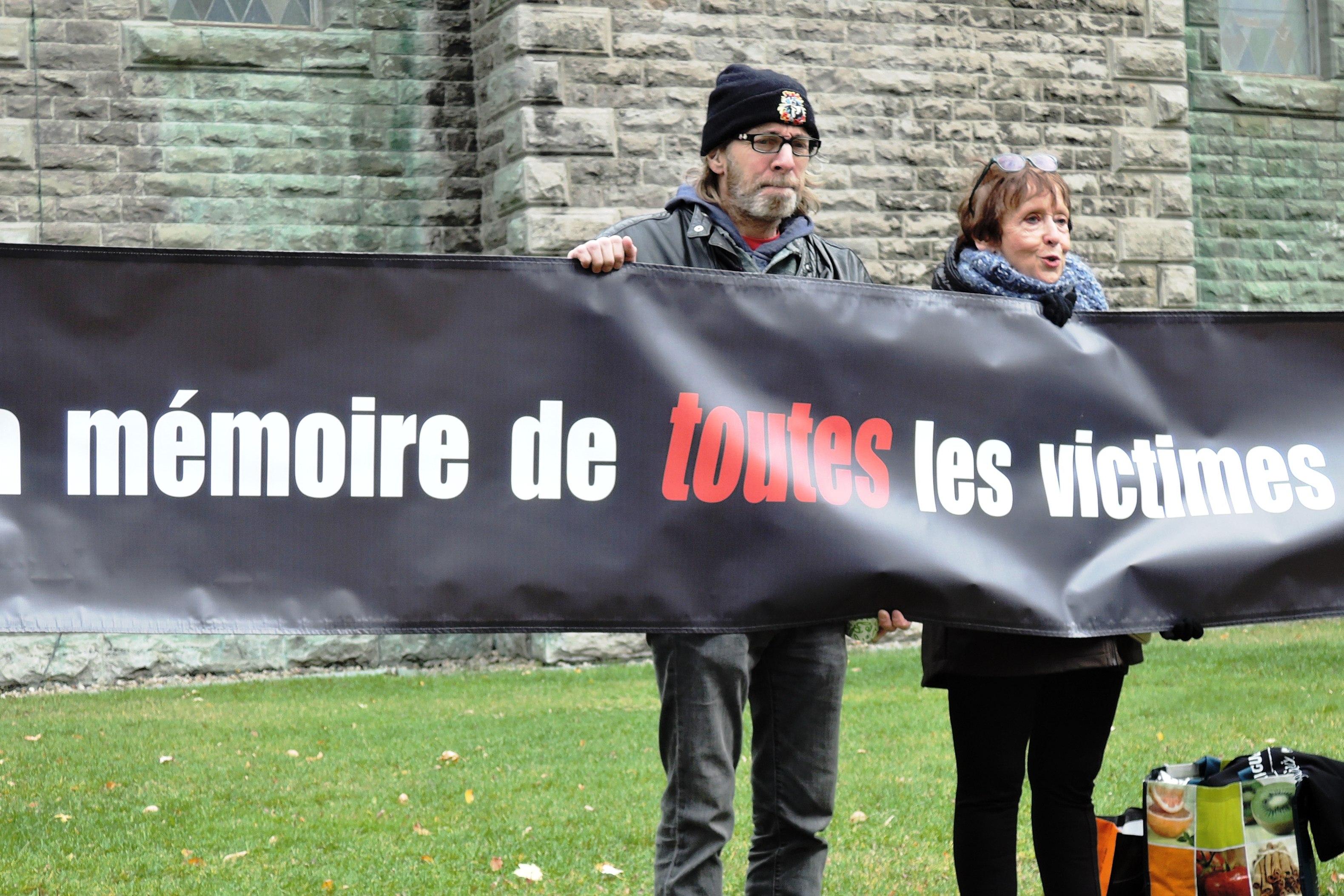 Vigile du Collectif Échec à la guerre le 11 novembre 2016.  Ariane Émond et François Avard, les portes-paroles de la campagne 2016 du coquelicot blanc. Crédit photo: Martine Eloy.